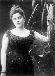 Die Baronesse im Abendkleid mit Cul de Paris.